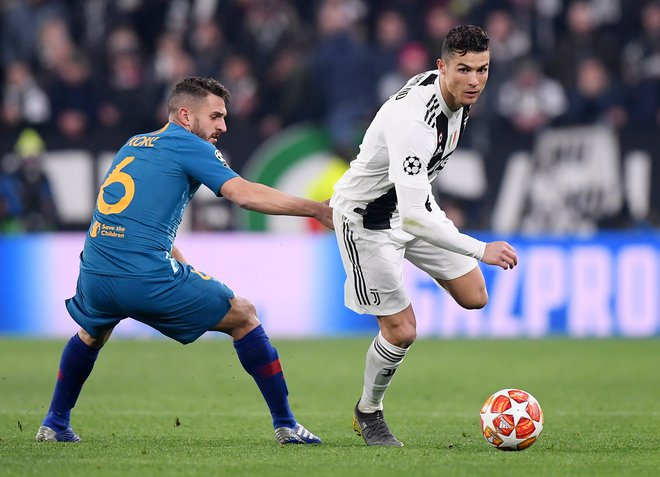 Soccer Football - Champions League - Round of 16 Second Leg - Juventus v Atletico Madrid - Allianz Stadium, Turin, Italy - March 12, 2019  Juventus' Cristiano Ronaldo in action with Atletico Madrid's Koke   REUTERS/Alberto Lingria - RC1B5416F200