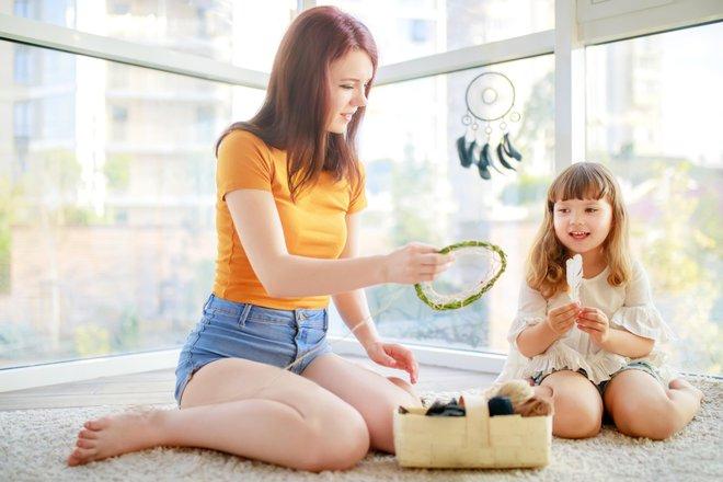 Otroci imajo veliko energije, zato je izredno težko opravljati delo, hkrati pa skrbeti še za otroke. FOTO: Getty Images/iStockphoto